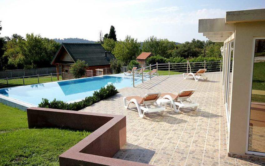Вилла с большим участком и бассейном в Сутоморе