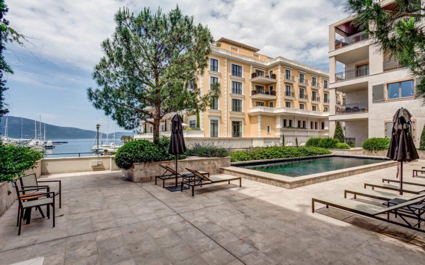 Квартира с выходом к бассейну в Porto Montenegro. Срочная продажа